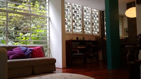 Apartamento duplex: Salas de estar tropicais por Bloch Arquitetos Associados