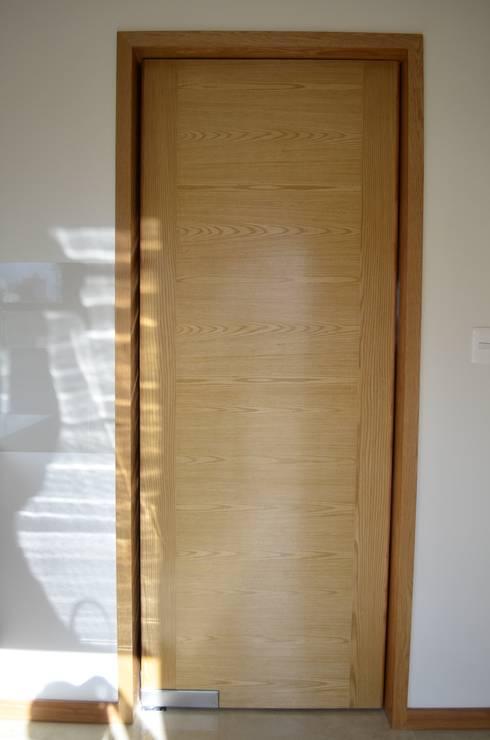 Conjunto Residencial Rinconada de fresnos: Puertas y ventanas de estilo moderno por taven