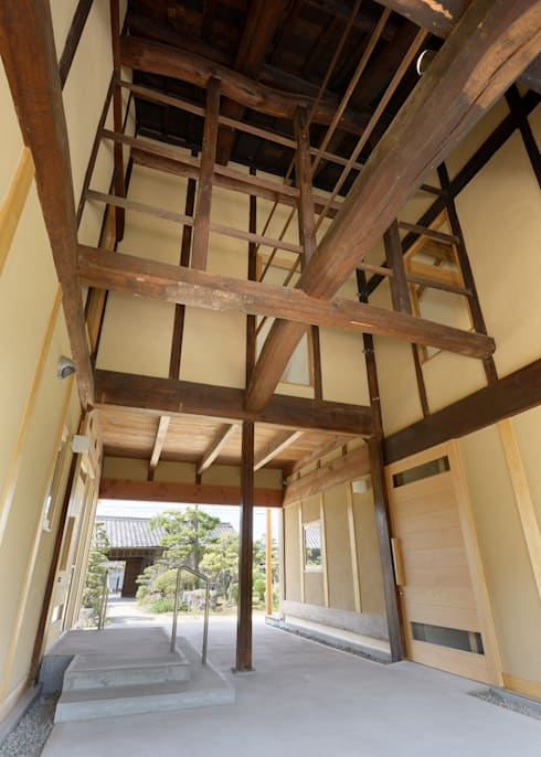 古民家改修:通り土間のある家: m5_architecteが手掛けた廊下 & 玄関です。