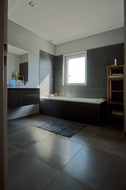 Bagno in stile in stile Moderno di Groupe SOBÖ