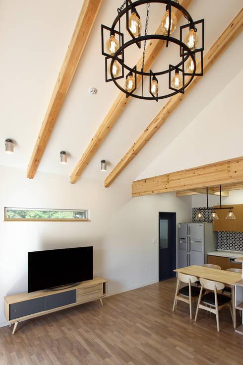 Salas / recibidores de estilo  por woodsun