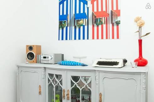 Sala - detalhe aparador: Salas de estar modernas por Monstros