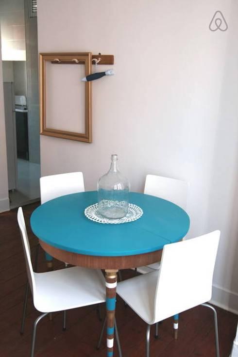 Mesa redonda : Salas de jantar modernas por Monstros