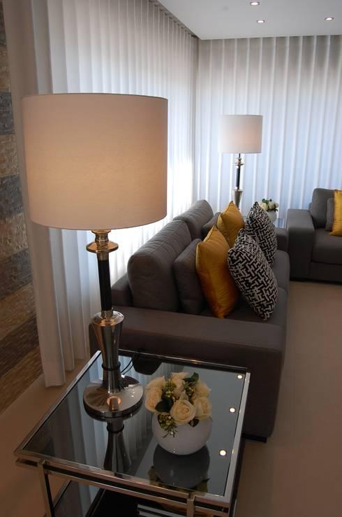 Apartamento Lisboa: Salas de estar ecléticas por Critério Arquitectos by Canteiro de Sousa
