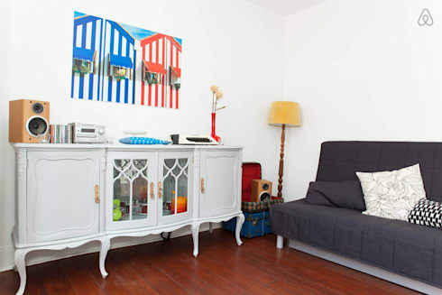 Sala - candeeiro vintage: Salas de estar modernas por Monstros