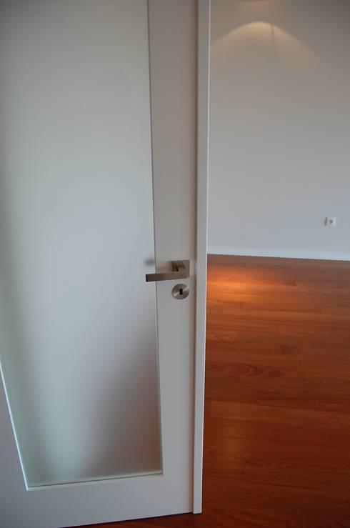 Projecto de interiores apartamento Lisboa: Salas de estar ecléticas por Critério Arquitectos by Canteiro de Sousa