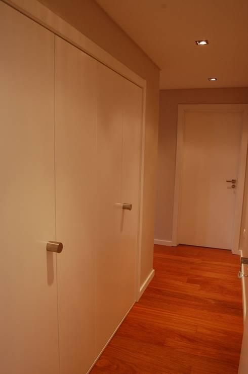 Projecto de interiores apartamento Lisboa: Corredores e halls de entrada  por Critério Arquitectos by Canteiro de Sousa