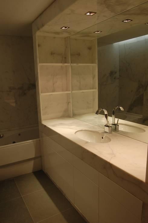 Projecto de interiores apartamento Lisboa: Casas de banho ecléticas por Critério Arquitectos by Canteiro de Sousa