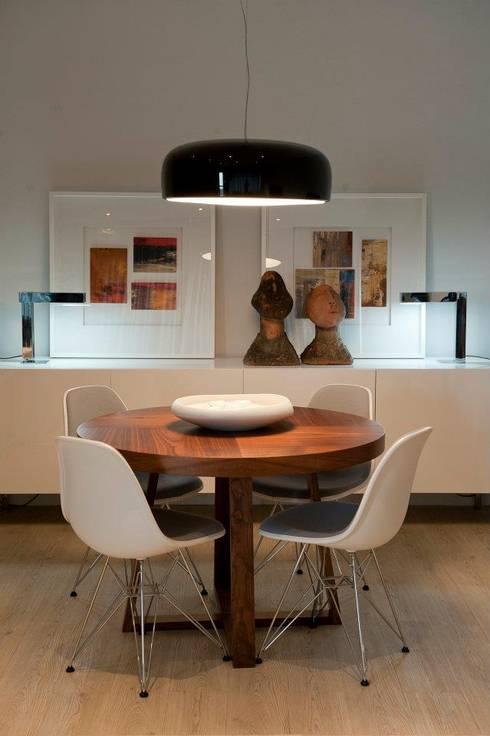 BAÍA DE LUANDA: Salas de jantar modernas por Spaceroom - Interior Design