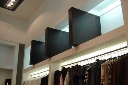 Projecto de loja de moda feminina: Lojas e espaços comerciais  por Critério Arquitectos by Canteiro de Sousa