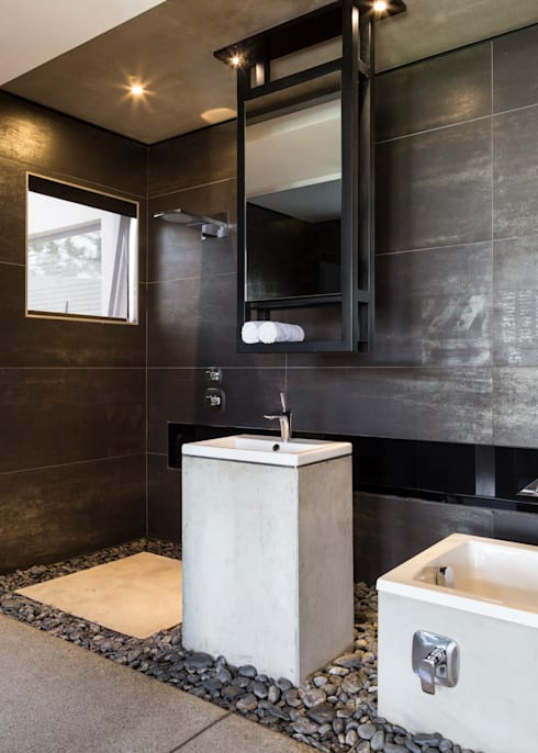 Kloof Road House :  Bathroom by Nico Van Der Meulen Architects