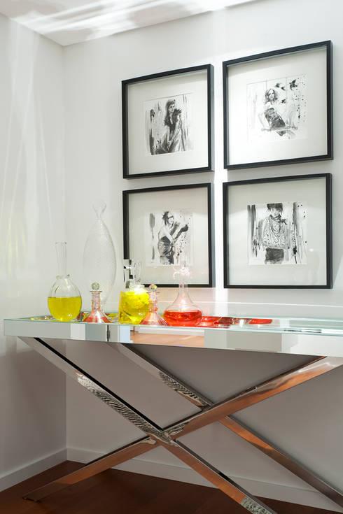 Elegant City Apartment: Corredores e halls de entrada  por VON HAFF Interior Design