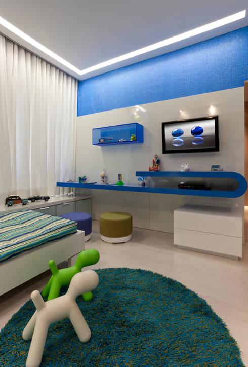 Casa Cor Minas - Quarto dos Netos: Quarto infantil  por Interiores Iara Santos