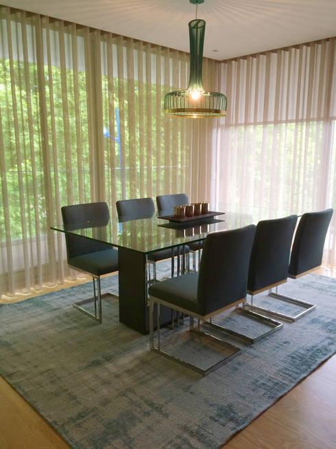 Bachelor's Apartment: Salas de jantar modernas por VON HAFF Interior Design