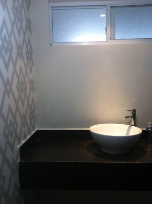 Papel Tapiz: Baños de estilo  por VIVAinteriores