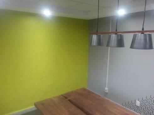 Sala de Juntas: Estudios y oficinas de estilo industrial por VIVAinteriores