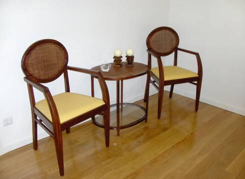Cadeiras e mesa de apoio.: Corredor, hall e escadas  por Renato Neves Design