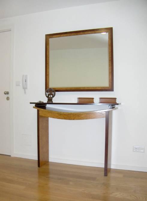 Consola e espelho.: Corredor, hall e escadas  por Renato Neves Design