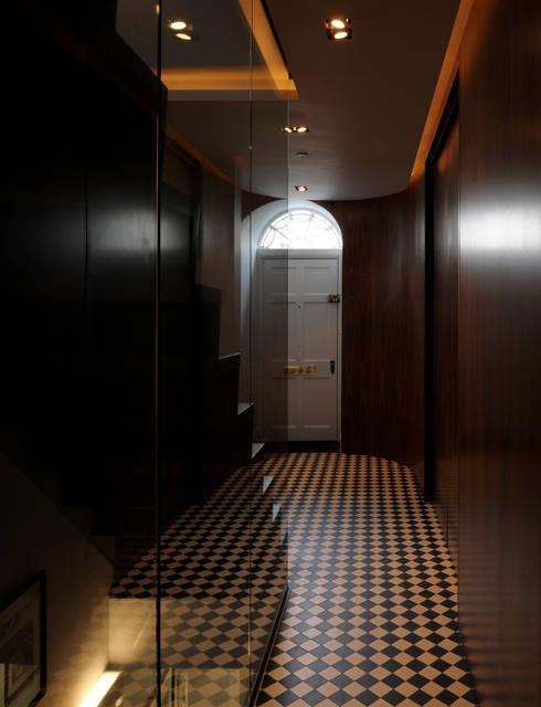 Projekty,  Korytarz, przedpokój zaprojektowane przez Inglis Badrashi Loddo