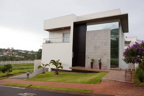 Reservas do Vale: Casas clássicas por Projecta Arquitetura