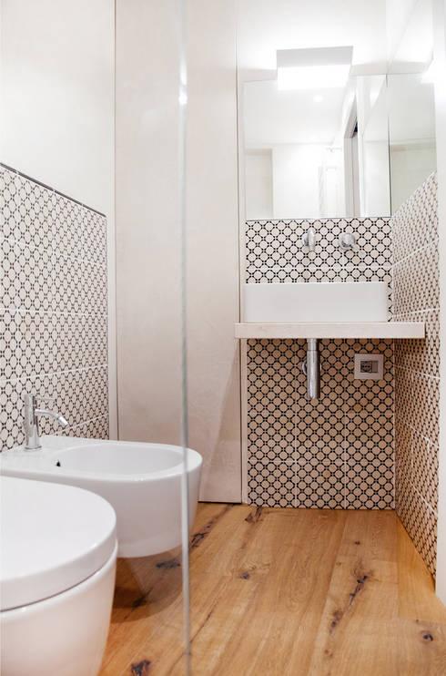Casa Amalasunta: Bagno in stile  di Ossigeno Architettura