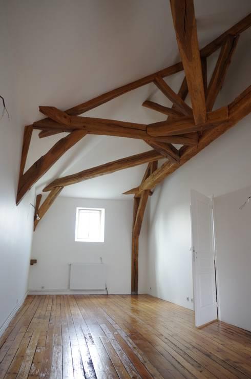 La charpente mise en valeur: Chambre de style de style Classique par Christèle BRIER Architechniques