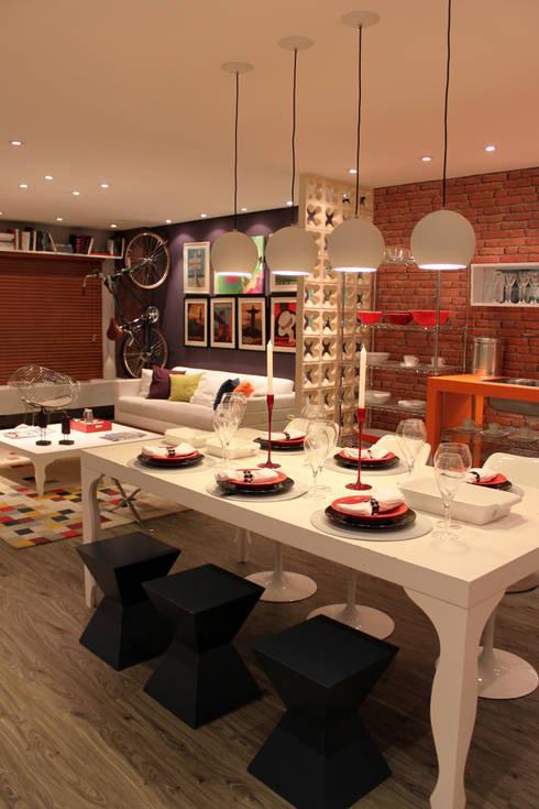 Loft Contemporâneo: Sala de jantar  por Cromalux Sistemas de Iluminação Ltda