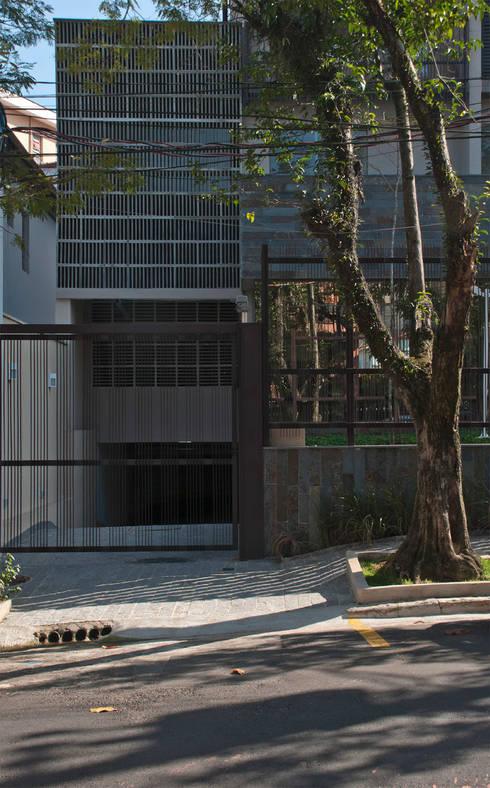 Edifício   Vila Madalena – 1: Garagens e edículas modernas por ARQdonini Arquitetos Associados