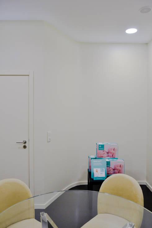Sala de Reunião: Escritórios e Espaços de trabalho  por FIlipa Figueira Arquitectura