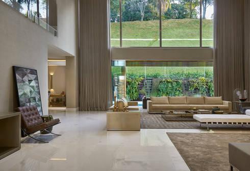 Residência Condomínio Hibisco: Salas de estar clássicas por Estela Netto Arquitetura e Design