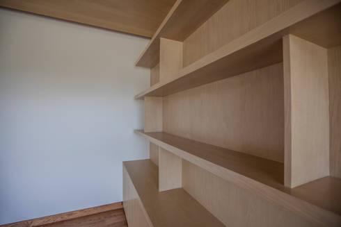 Librero acabado en roble: Estudio de estilo  por RTZ-Arquitectos
