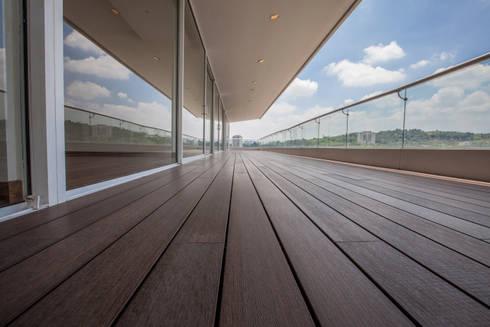 terraza con apariencia de madera : Terrazas de estilo  por RTZ-Arquitectos