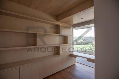 librero con escritorio: Estudios y oficinas de estilo moderno por RTZ-Arquitectos