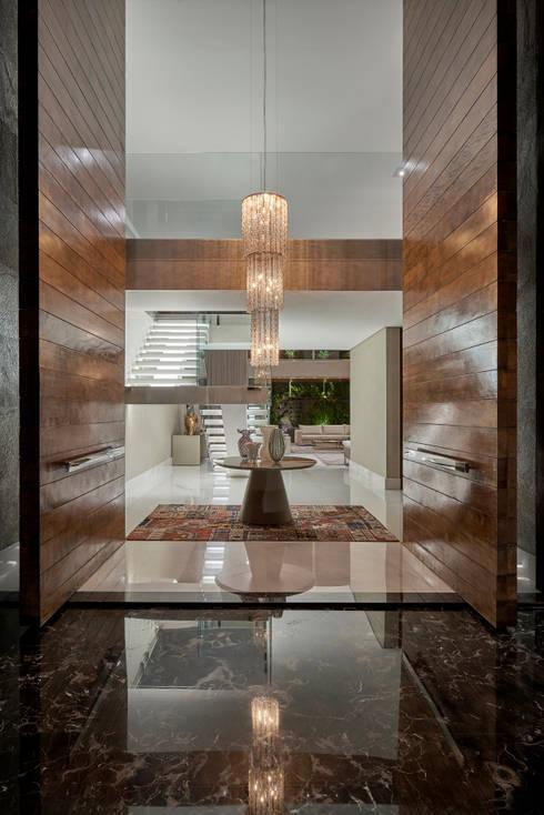 Pasillos y recibidores de estilo  por Estela Netto Arquitetura e Design