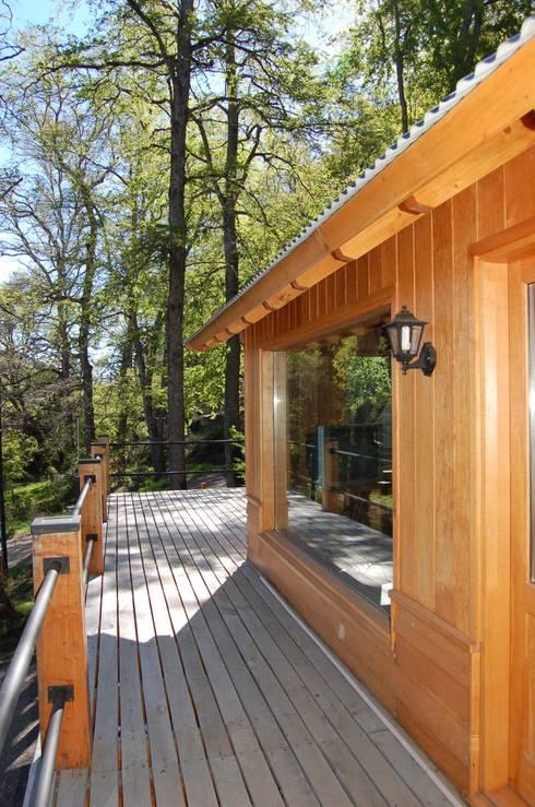 Casa Los Robles - San Martin de los Andes: Terrazas de estilo  por Aguirre Arquitectura Patagonica