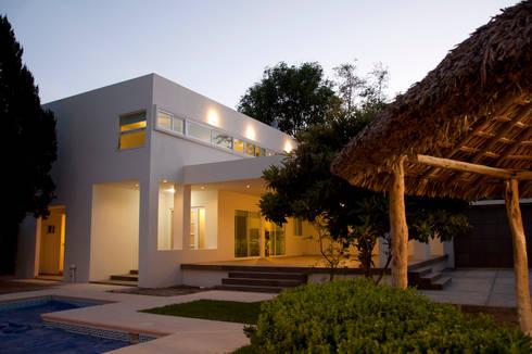 Fachada: Casas de estilo moderno por fc3arquitectura