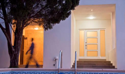 Detalle de acceso: Casas de estilo moderno por fc3arquitectura