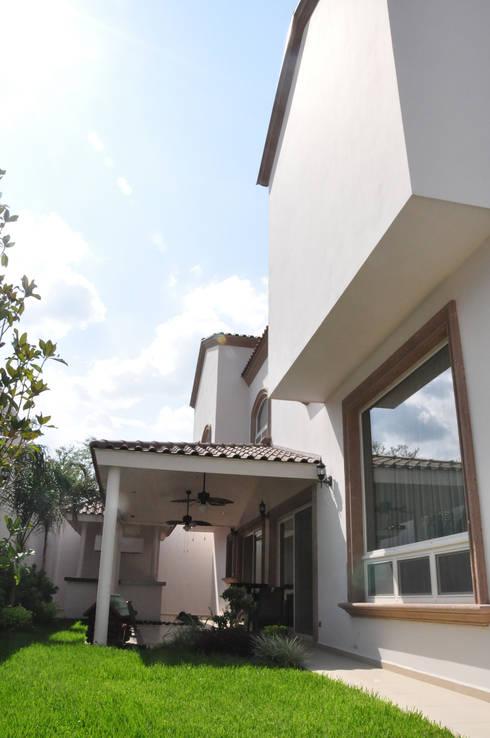 Patio: Casas de estilo colonial por fc3arquitectura