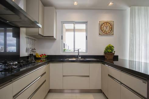 Apartamento Frankfurt: Cozinhas modernas por Cembrani móveis