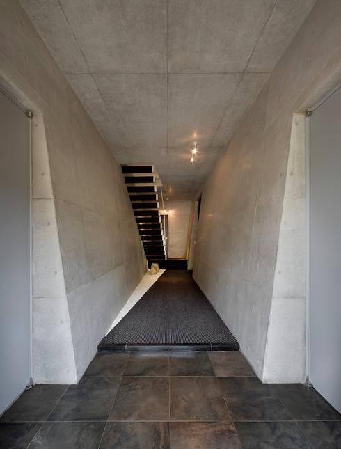 玄関ホール: モリモトアトリエ / morimoto atelierが手掛けた家です。