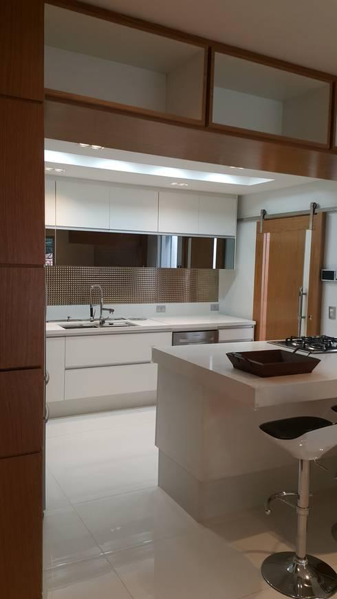 Projeto cozinha integrada ao jantar. Por Lucio Nocito Arquitetura : Cozinhas  por Lucio Nocito Arquitetura e Design de Interiores