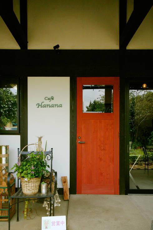 土間のあるノスタルジックなカフェ&ピザの店: 吉田建築計画事務所が手掛けた窓&ドアです。