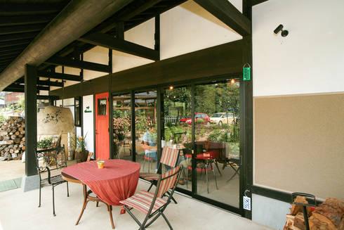 オープンカフェ: 吉田建築計画事務所が手掛けたレストランです。