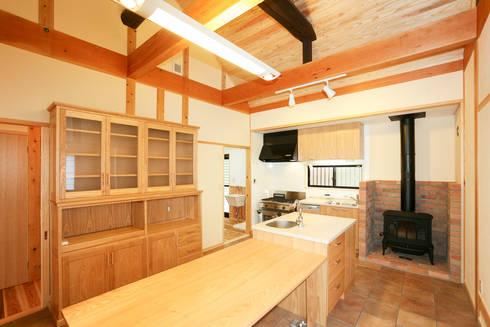 ダイニングキッチン: 吉田建築計画事務所が手掛けたダイニングです。