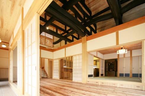 土間: 吉田建築計画事務所が手掛けたリビングです。