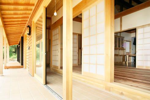 土間: 吉田建築計画事務所が手掛けたベランダです。