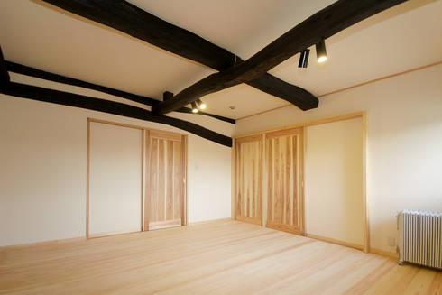 寝室: 吉田建築計画事務所が手掛けた寝室です。
