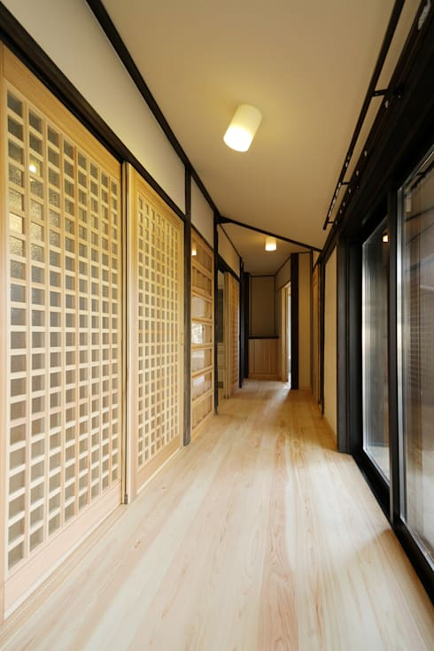 黒船来航より160年の時を刻み、そして未来へ住み継がれる: 吉田建築計画事務所が手掛けた廊下 & 玄関です。