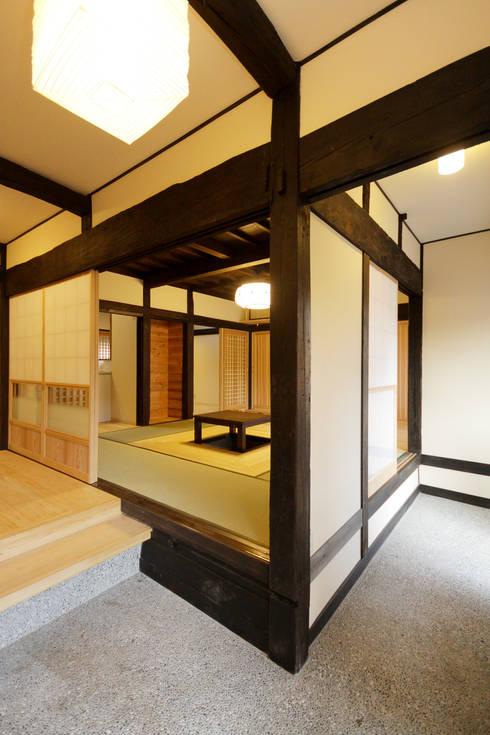 土間玄関: 吉田建築計画事務所が手掛けた廊下 & 玄関です。