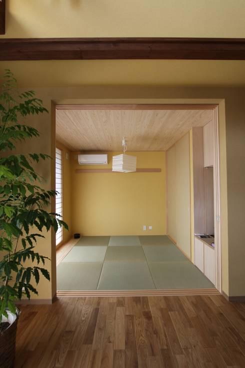 ナチュラルスタイルでゆったり暮らす: アトリエグローカル一級建築士事務所が手掛けた和室です。